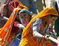 woman play in Pushkar Fair